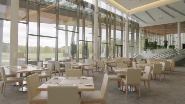 Dollying-in no people záběry luxusní restaurace v béžových barvách s panoramatickými okny v moderním golfovém resortu