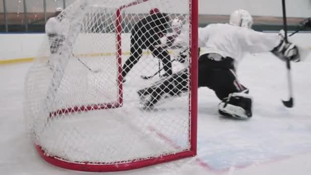 Slow-motion záběry nerozpoznatelný hokejista střelba puk přímo do brankářů brána gól