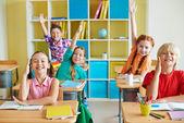 boldog osztálytársai kezekkel emel
