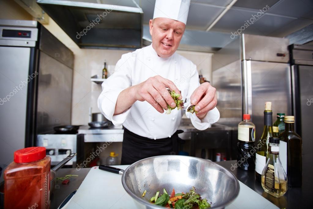 Var n chef cocina ensalada foto de stock pressmaster - Cocinas chef ...