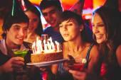 Žena na svíčky na narozeninový dort