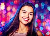 Glamourös junges Mädchen im Nachtclub