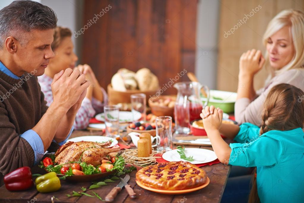 family praying at dinner - 900×500