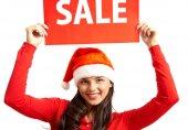 Frau in Weihnachtsmannmütze lädt zum Verkauf ein