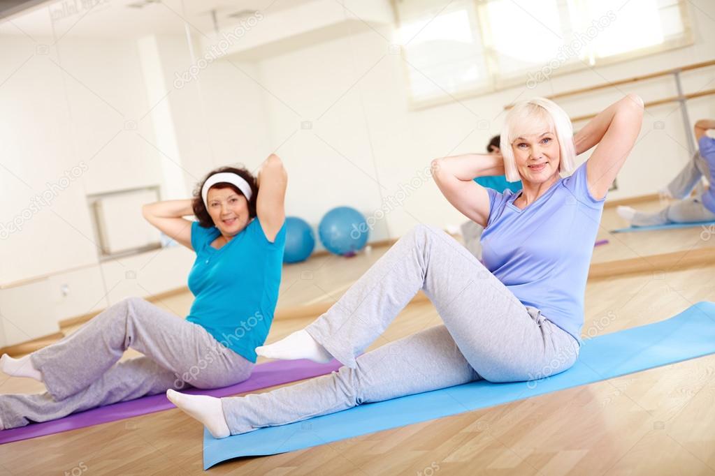 Reife Damen schwitzen im Fitnessstudio