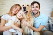Fotografie Rodina se psem na pohovce