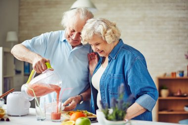 Senior couple making fruit smoothie