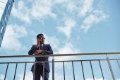 Fotografie podnikatel hovoří na mobilním telefonu