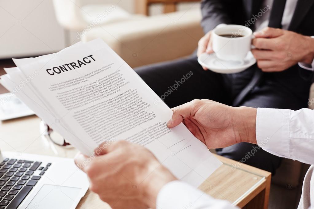 Mitarbeiter Betrieb Vertrag — Stockfoto © pressmaster #79687416