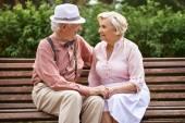 Romantické seniory relaxační v parku