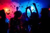 lidé tančí v konfety