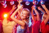 ragazza che balla in discoteca