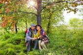 Starší pár, kteří požívají odpočinek v parku
