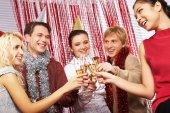 Fotografia uomini e donne che hanno la festa di compleanno