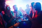 lidé tančí v nočním klubu