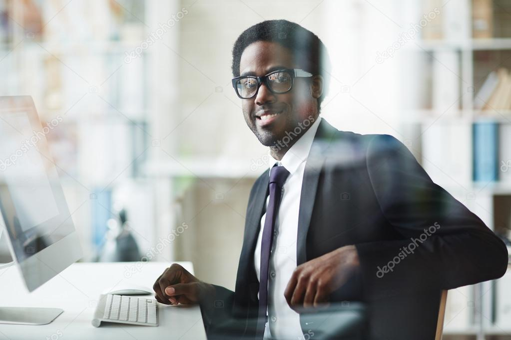 Ufficio Elegante Jobs : Uomo d affari elegante in ufficio u foto stock pressmaster