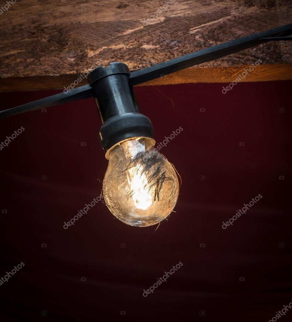 Gloeilamp verlichting op de kabel in de schemering — Stockfoto ...