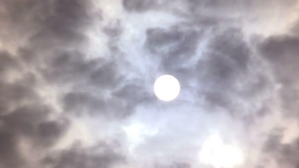 Mraky a tmavý kouř plovoucí kolem Slunce