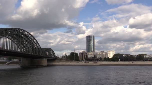 Die Eisenbahnbrücke über den Fluss in Köln