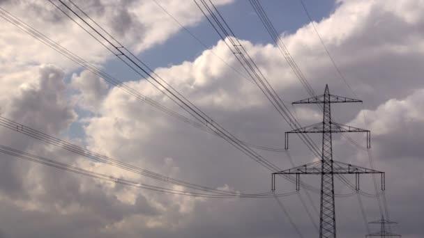 elektřina pylonu proti obloze