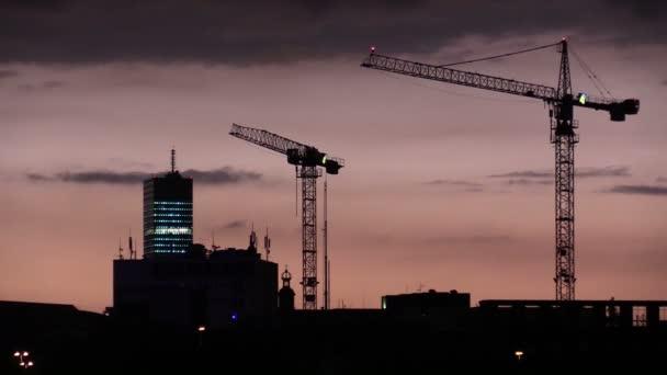 Nacht-Köln bei Sonnenuntergang und Nacht-Beleuchtung des Wolkenkratzers