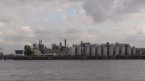 Fabrik im Hamburger Hafen an der Elbe