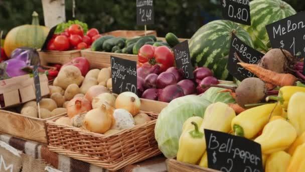 Čerstvá zdravá zelenina a ovoce na farmářském trhu, detailní záběr