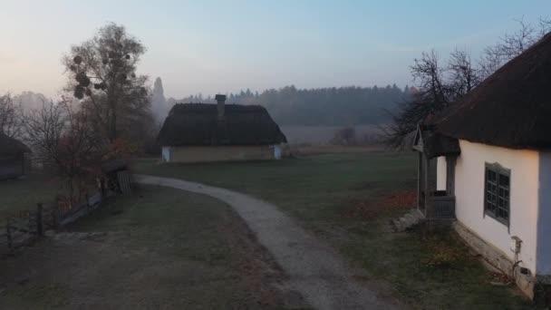 Ukrajnában. Légi kilátás hagyományos ukrán falu ősszel, Pirogovo, Kijev. Kora reggel a faluban, napkelte. Régi fatemplom