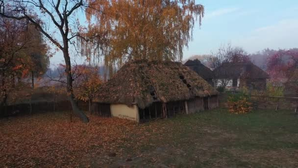 Légi felvétel. Taditional ukrán falu ősszel, Pirogovo, Kijev. Kora reggel a faluban, napkelte..