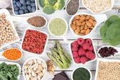 Zdravé jídlo zvané super potravin na pozadí bílé, dřevěné, pohled shora