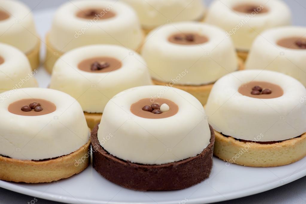 Kuchen Mit Vanillepudding Und Kaffeesahne Stockfoto