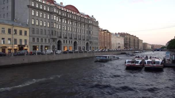 Výlety lodí podél kanálů pod mosty ve městě