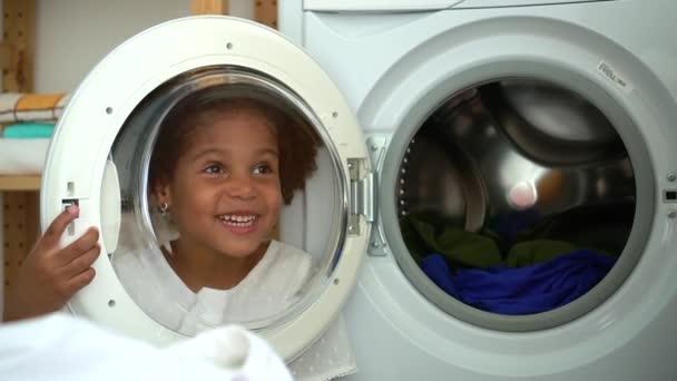 aranyos gyerek mögött mosógép üveg beszélni anya Spbd. anya és lánya a háztartásban