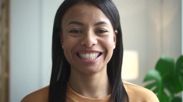Portré vegyes fajú nőkről otthon Spbd. 20-as évekbeli boldog női mosoly. Fekete ember egyenes hajjal