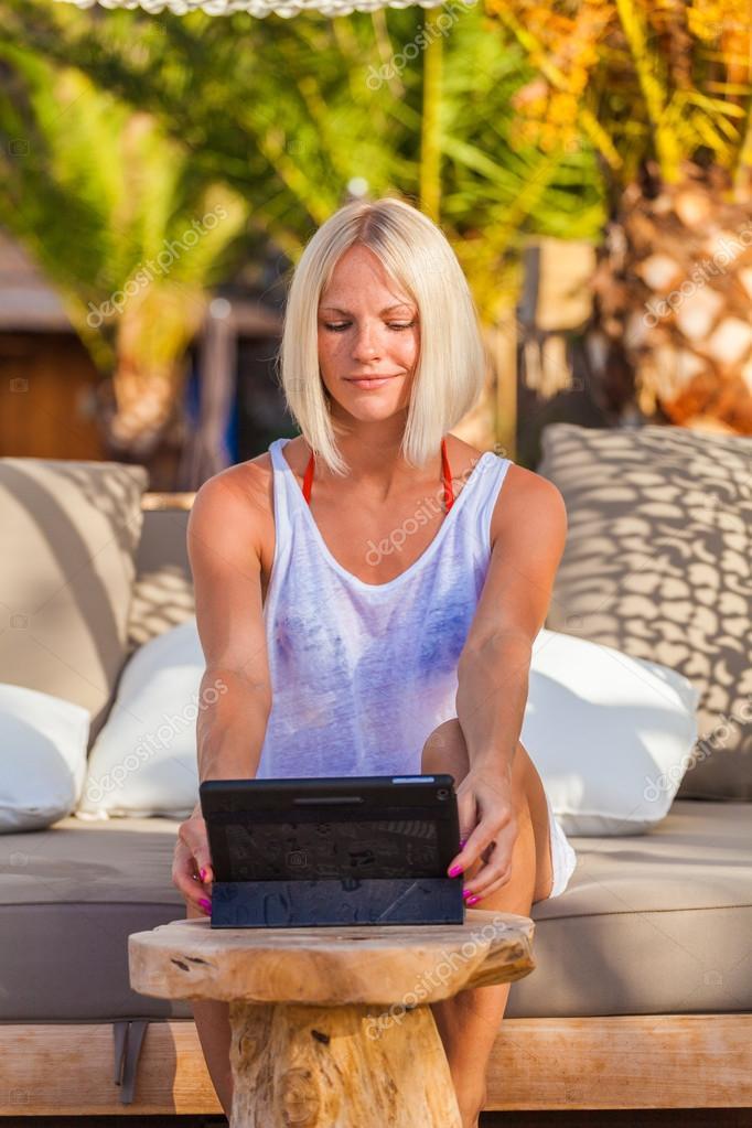 Сексуальная блондинка на работе фото 324-894