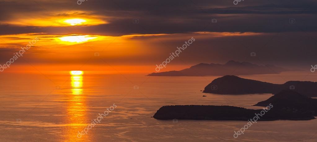 Couches De Montagne Dans La Mer Adriatique Coucher Du Soleil