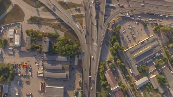 Letecké záběry dálnice a nadjezd s osobní a nákladní automobily.