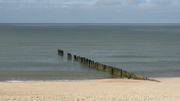 Blick auf Holzsteg oder Anlegestelle an der Ostseeküste