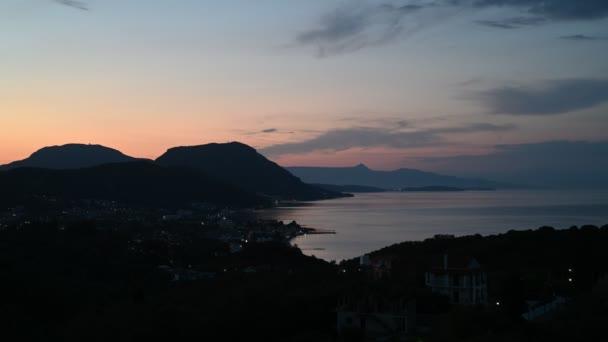 Včasné večerní video v řeckém Korfu. Krásný večer. Západ slunce nad ostrovem.