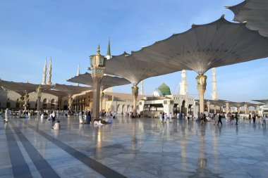 People in the courtyard of the mosque of the Prophet in Medina S