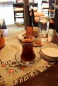 Fényképek török kávé és tea az asztalon