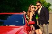 Fotografie extravagant. Glamouröse paar in der Nähe des Auto