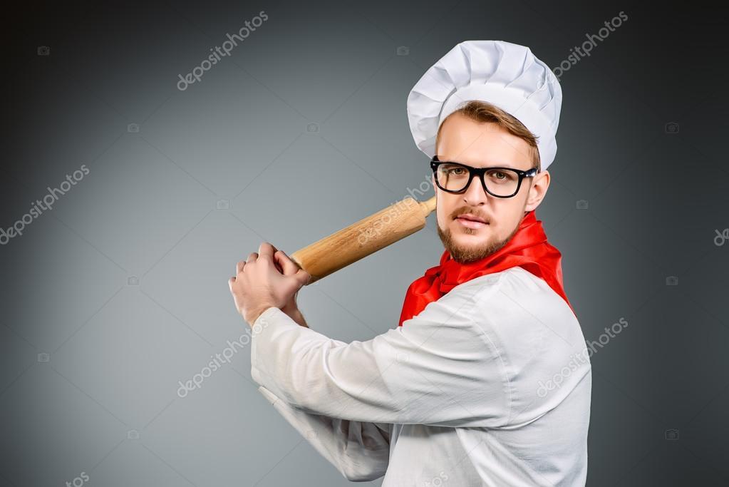 utensili da cucina. Cuoco infuriato brandendo con un mattarello ...