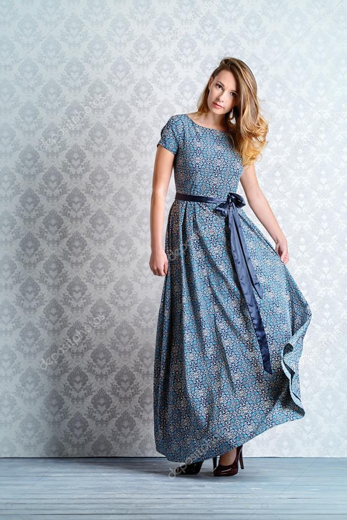 new style fae4f b9d33 Signora femminile in abito da sera elegante — Foto Stock ...