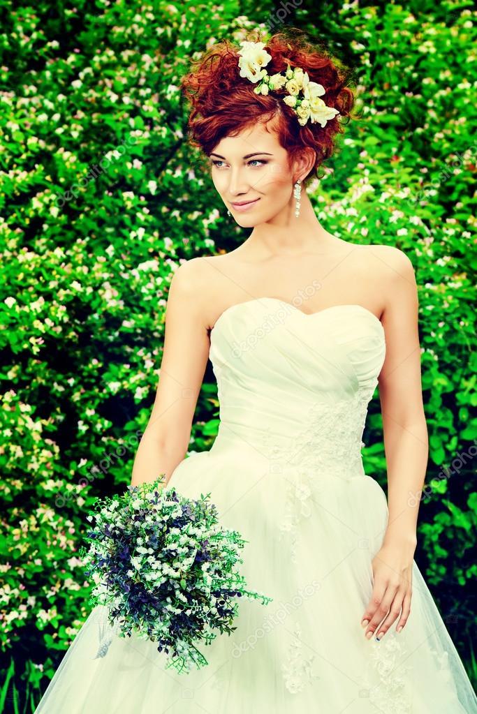 1a052c9a0fbe Vogue Sposa — Foto Stock · Bella sposa sorridente con i capelli rossi  affascinante. Abito da sposa e accessori. decorazione di nozze — Foto di ...