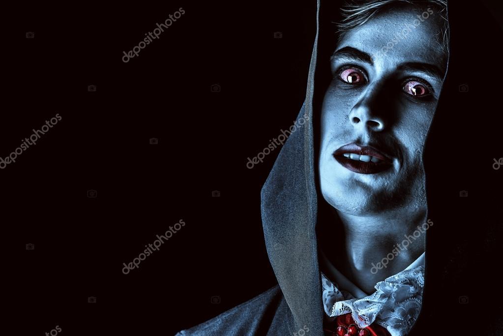 vampiro de homem morto em uma capa preta stock photo prometeus