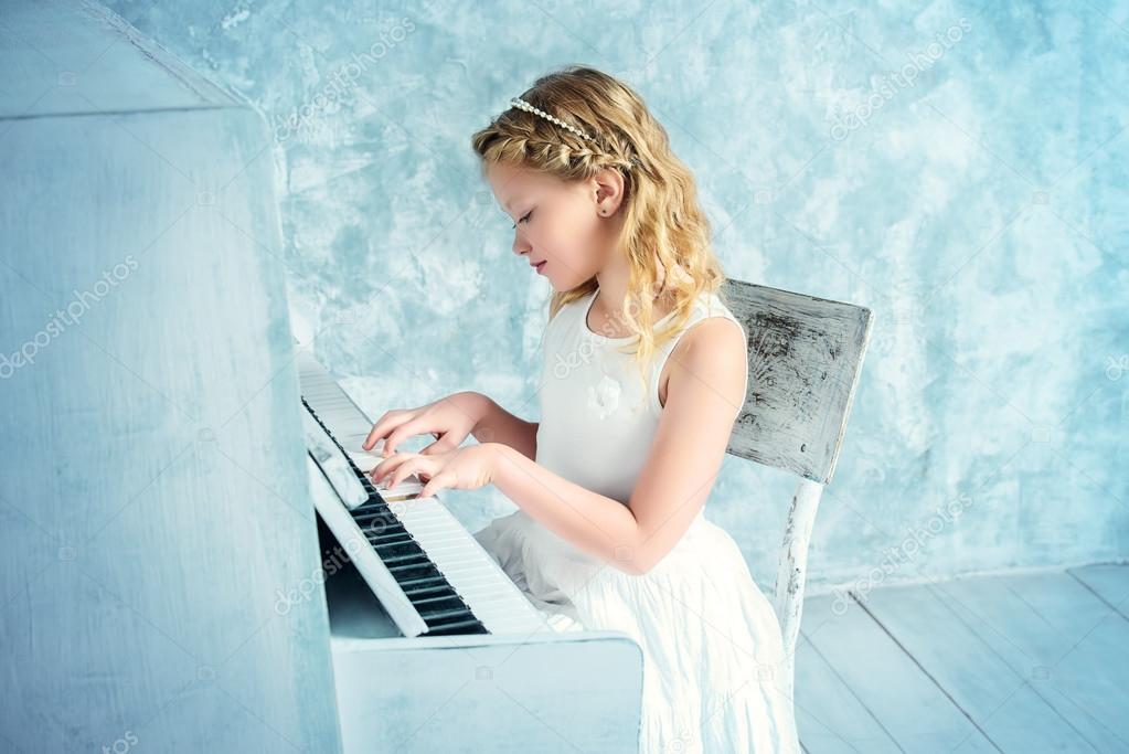 Piano Académie De En MusiqueFille Robe BlancheJouer Du LVpMqUzGS