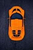 oranžový závodní auto
