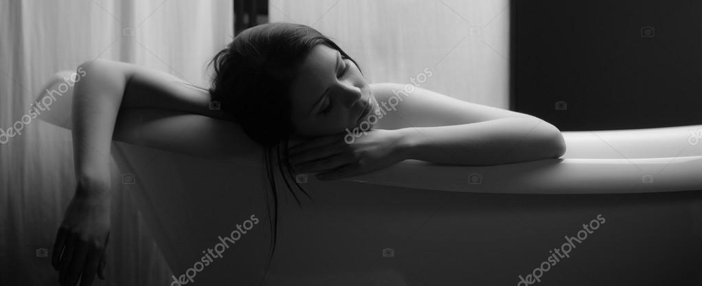 Ritratto in bianco e nero di una bella donna bruna rilassata dormire ...