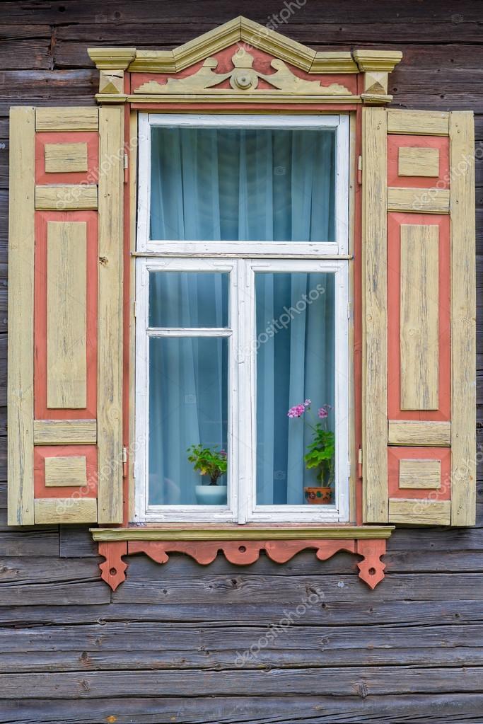 Finestra con persiane agriturismo e un fiore sul davanzale della finestra foto stock - Davanzale finestra ...